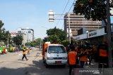 Petugas bersihkan jalan di sekitar Bawaslu