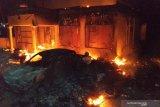 Suasana Polsek Tambelangan yang dibakar massa, Sampang, Jawa Timur, Rabu (22/5/2019). Selain membakar Kantor Polsek Tambelangan tersebut mereka juga melarang dan mengancam mobil damkar yang akan memadamkan kebakaran itu. Antara Jatim/Rusyidi Zain/sb/zk