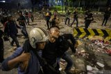 Sejumlah massa Aksi 22 Mei terlibat kericuhan di depan gedung Bawaslu, Jakarta, Rabu (22/5/2019). ANTARA FOTO
