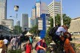 Pekerja perkantoran Thamrin Jakarta nekat lewati pagar tembok Sarinah