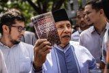 Amien Rais tunjukkan buku Jokowi People Power saat diperiksa sebagai saksi