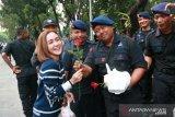 Ketika para artis bagikan takjil kepada polisi di depan Gedung MK