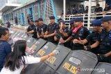 Komunitas warga Jakarta bagikan mawar kepada aparat Polri