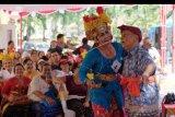 Sepasang orang tua lanjut usia (lansia) menampilkan tari Joged Bumbung dalam lomba kesenian rangkaian peringatan Hari Lanjut Usia Nasional di Denpasar, Bali, Minggu (26/5/2019). Kegiatan tersebut untuk memotivasi para lansia sekaligus sebagai ajang silaturahmi dalam menyambut Hari Usia Lanjut Nasional yang diperingati pada (29/5) mendatang. ANTARA FOTO/Nyoman Hendra Wibowo/nym.