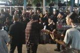 Komunitas Musisi Jalan Sabang hibur aparat dengan lagu-lagu daerah