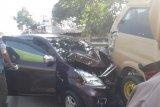 Diduga akibat ban pecah, mobil tabrak angkutan umum jurusan Natar