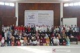 Foto bersama Deputi Direktur Organisasi Menteri-Menteri Pendidikan se-Asia Tenggara pada Pusat Regional Asia Tenggara untuk Biologi Tropis (Southeast Asian Regional Centre for Tropical Biology/SEAMEO BIOTROP), Dr Zulhamsyah Imran (baris belakang di tengah baju putih) bersama dengan peserta Pesantren Kilat Ramadhan 2019 di Bogor, Jawa Barat, Minggu (26/5/2019). Kegiatan itu digagas Serikat Pekerja ANTARA didukung Otoritas Jasa Keuangan (OJK), Rumah Sakit Pelni, Star Energy, Yayasan Baitul Maal (YBM) BRI, Taman Safari Indonesia (TSI), Tiga Roda (Indocement), Batamindo Investment-Cakrawala, Cibinong Center Industrial Estate (CCIE), PT Anpa, BPJS Kesehatan, BPJS Ketenagakerjaan, Faber Castell, Indofood, Alfamart, UNITEX, Lezza, dan The Jungle Waterpark. (Megapolitan.Antaranews.Com/Foto: Rizky Fazriansyah).