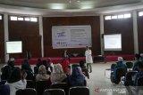Deputi Direktur SEAMEO BIOTROP, Dr Zulhamsyah Imran (kanan) sedang melakukan dialog interaktif dengan peserta Pesantren Kilat Ramadhan 2019 di Bogor, Jawa Barat, Minggu (26/5/2019) petang. Kegiatan itu digagas Serikat Pekerja ANTARA didukung Otoritas Jasa Keuangan (OJK), Rumah Sakit Pelni, Star Energy, Yayasan Baitul Maal (YBM) BRI, Taman Safari Indonesia (TSI), Tiga Roda (Indocement), Batamindo Investment-Cakrawala, Cibinong Center Industrial Estate (CCIE), PT Anpa, BPJS Kesehatan, BPJS Ketenagakerjaan, Faber Castell, Indofood, Alfamart, UNITEX, Lezza, dan The Jungle Waterpark. (Megapolitan.Antaranews.Com/Foto: Rizky Fazriansyah).