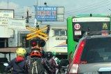 Daop 6 mengingatkan pengguna jalan waspada di perlintasan kereta