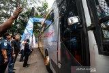 Manajemen PT Pelindo I (persero) cabang Lhokseumawe melepas pemberangkatan bus pemudik BUMN Hadir Untuk Negeri di komplek Pelabuhan Krueng Geukuh, Aceh Utara, Aceh, Kamis (30/5/2019). Pemberangkatan 300 pemudik asal Aceh tujuan sejumlah daerah Sumatera Utara Medan dan Pulau Jawa menggunakan angkutan darat itu merupakan sinergi 104 BUMN Mudik Bareng 2019. (Antara Aceh/Rahmad)
