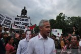 Gubernur Ganjar tantang OJK dan BI