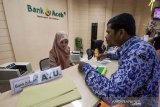 Petugas Bank Aceh melayani nasabah Aparatur Sipil Negara (ASN) di Lhokseumawe, Aceh, Sabtu (1/6/2019). Meski pada hari libur (Sabtu-Minggu) perbankkan memberikan layanan operasional terbatas untuk pembayaran gaji ASN dalam rangka menghadapi Lebaran Idul Fitri 1440 Hijriah, bank memberlakukan libur pada 3-7 Juni dan akan kembali beroperasi pada 10 Juni 2019. (Antara Aceh/Rahmad)