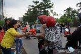 Pupuk Toleransi,  Umat Budha bagi takjil ke pengguna jalan