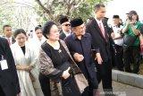 BJ Habibie dan Megawati menghadiri pemakaman Ani Yudhoyono di Kalibata