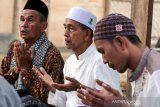 Warga berdoa saat melaksanakan Tahlilan untuk ibu Ani Yudhoyono di Pendapa jamaah Tarbiyah Islamiah Desa Meunasah Mee, Lhokseumawe, Aceh, Senin (3/6/2019). Tahlilan jamaah Tarbiyah Islamiah Mazhab Imam Syafi'I itu mengirimkan pahala doa kepada ibu Negara 2004-2014 Ani Yudhoyono yang tutup usai, Sabtu (1/6/2019) pukul 11.50 waktu Singapura karena penyakit kanker. (Antara Aceh/Rahmad)