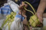Warga menyelesaikan produksi ketupat di Blok Kupat, Caringin, Bandung, Jawa Barat, Senin (3/6/2019). Pada H-2 Lebaran 2019, rata-rata warga di Blok Kupat dapat memproduksi 1.300 ketupat perhari yang di jual Rp 800 perbuah ke berbagai pasar di Kota Bandung. ANTARA JABAR/Raisan Al Farisi/agr