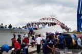 Kapal tujuan Baubau-Raha-Kendari tetap beroperasi di hari pertama Lebaran