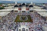 Umat muslim memadati Masjid Raya Baiturrahman untuk melaksanakan ibadah shalat Id atau sembahyang hari Raya Idul Fitri di Banda Aceh, Aceh, Rabu (5/6/2019). Mayoritas umat muslim di seluruh Indonesia merayakan Hari Raya Idul Fitri 1440 Hijriah (1 Syawal 1440 H) sesuai dengan jadwal yang ditentukan Pemerintah. (Antara Aceh/Irwansyah Putra)