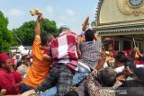 Ratusan warga saling berebut Gunungan Grebeg Syawal Keraton Yogyakarta