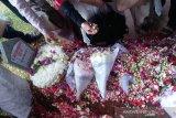 Sebelum wafat Ani Yudhoyono sempat meminta SBY mencari bunga berwarna merah