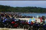 Ribuan wisatawan bermain di pantai Tanjung Layar, Sawarna, Lebak, Banten, Minggu (9/6/19). Kondisi wisata di sejumlah pesisir pantai di Banten kembali ramai dengan hadirnya ribuan warga dari berbagai daerah yang memanfaatkan libur Lebaran yang berkunjung ke kawasan tersebut setelah dilanda tsunami Desember 2018. ANTARA FOTO/Weli Ayu Rejeki/nym