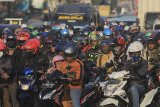 Pengendara motor memadati jalur arteri Pantura Palimanan, Cirebon, Jawa Barat, Minggu (9/6/2019). Penumpukan kendaraan tersebut akibat meningkatnya volume kendaraan saat arus balik serta akibat pemberlakuan sistem jalur satu arah di tol trans jawa. ANTARA JABAR/Dedhez Anggara/agr