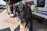 Sejumlah calon penumpang bersiap naik Kereta Api (KA) di Stasiun (KA) Madiun, Jawa Timur, Sabtu (8/6/2019). Pada H+3 Lebaran 2019 yang merupakan puncak arus balik lebaran, Stasiun KA Madiun dipadati penumpang yang akan kembali ke kota setelah berlebaran di kampung halaman. Antara Jatim/Siswowidodo/ZK