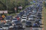 Kendaraan pemudik memadati jalur tol Palikanci, Tegalkarang, Cirebon, Jawa Barat, Minggu (9/6/2019). Pada puncak arus balik lebaran 2019 H+4 lebaran, Jalur tol Palimanan-Kanci (Palikanci) mengalami kepadatan volume kendaraan pemudik menuju Jakarta. ANTARA JABAR/Dedhez Anggara/agr