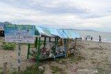 Pengunjung bermain di sekitar Terminal Sampah Peduli Pantai yang ditempatkan di Pantai Wisata Kampung Jawa, Banda Aceh, Senin (10/06/2019). Penempatan Terminal Sampah yang diprakarsai pemerintah setempat bekerjasama dengan Lembaga Adat Laut, LSM lingkungandan dan pihak terkait lainnya di daerah tersebut agar pantai dan laut bebas dari pencemaran sampah plastik dan sekaligus ajakan kepada pengunjung peduli lingkungan. (Antara Aceh/Ampelsa)