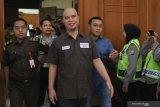Terdakwa kasus dugaan pencemaran nama baik Ahmad Dhani Prasetyo (tengah) mengikuti sidang di Pengadilan Negeri Surabaya, Jawa Timur, Selasa (11/6/2019). Dalam sidang pembacaan putusan itu, Majelis Hakim menjatuhkan hukuman satu tahun penjara kepada terdakwa. Antara Jatim/Didik Suhartono/zk