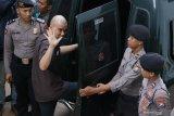 Terdakwa kasus dugaan pencemaran nama baik Ahmad Dhani Prasetyo (kedua kiri) berjalan memasuki mobil tahanan usai mengikuti sidang di Pengadilan Negeri Surabaya, Jawa Timur, Selasa (11/6/2019). Dalam sidang pembacaan putusan itu, Majelis Hakim menjatuhkan hukuman satu tahun penjara kepada terdakwa. Antara Jatim/Didik Suhartono/zk