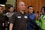Terdakwa kasus dugaan pencemaran nama baik Ahmad Dhani Prasetyo (tengah) bersiap mengikuti sidang di Pengadilan Negeri Surabaya, Jawa Timur, Selasa (11/6/2019). Dalam sidang pembacaan putusan itu, Majelis Hakim menjatuhkan hukuman satu tahun penjara kepada terdakwa. ANTARA FOTO/Didik Suhartono/nym.
