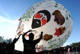 Balon udara liar berukuran besar mendarat di kawasan Bandara Semarang