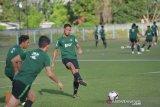 Pesepak bola Timnas U-23 Indonesia Andy Setyo (ketiga kanan) menggiring bola saat latihan di Lapangan Samudra, Kuta, Rabu (12/6/2019). Timnas U-23 menggelar pemusatan latihan di Bali termasuk akan uji tanding dengan klub Bali United sebagai persiapan Sea Games 2019 di Filipina. ANTARA FOTO/Nyoman Budhiana.ANTARA FOTO/Nyoman Budhiana (ANTARA FOTO/Nyoman Budhiana)