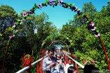 Pengunjung menikmati panorama pantai dan hutan mangrove saat libur lebaran ketupat di Pantai wisata Talang Siring, Pamekasan, Jawa Timur, Rabu (12/6/2019). Destinasi wisata pantai dan hutang mangrove di kabupaten itu menjadi pilihan utama warga saat mengisi libur nasional dan keagamaan. Antara Jatim/Saiful Bahri/zk.