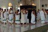 Jamaah calon haji Kotabaru melakukan manasik, dan praktrek tawaf yang dibimbing H Mukhyar Darmawi di Masjid Khusnul Khotimah Kotabaru. (Antaranews Kalsel/imm)
