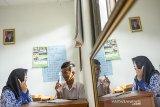 Seorang guru mengajar membaca siswanya saat hari pertama masuk sekolah setelah libur hari raya Idul Fitri di Sekolah Luar Biasa Negeri (SLBN) Karawang, Purwasari, Karawang, Jawa Barat, Senin (17/6/2019). Sejumlah sekolah telah memulai kembali kegiatan belajar mengajar setelah libur Lebaran. ANTARA JABAR/M Ibnu Chazar/agr