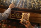 Pengunjung mengamati bubuk coklat murni dalam kemasan di Kampung Coklat, Blitar, Jawa Timur, Minggu (16/6/2019). Kampung Coklat merupakan wisata edukasi pengolahan biji kakao menjadi coklat konsumsi. Antara Jatim/Prasetia Fauzani/zk.