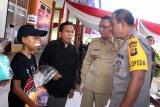 Kapolda Kalbar Irjen Pol Didi Haryono (kanan) dan Gubernur Kalbar Sutarmidji (kedua kanan) berbincang dengan orangtua dari pasien anak yang telah menjalani operasi bibir sumbing saat giat bhakti sosial pelayanan kesehatan di Tanjung Raya II Saigon, Pontianak, Kalimantan Barat, Selasa (18/6/2019). Baksos kesehatan yang digelar dalam rangka HUT ke-73 Bhayangkara tersebut berupa sunatan massal dan operasi bibir sumbing yang ditangani tim kesehatan gabungan dari Bid Dokkes Polda Kalbar serta Kesdam XII/Tanjungpura. ANTARA FOTO/Jessica Helena WuysangANTARA FOTO/JESSICA HELENA WUYSANG (ANTARA FOTO/JESSICA HELENA WUYSANG)