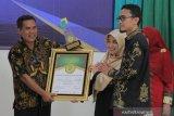 Kepala LKPPL Muhammad Yasal (kiri) memberi piagam penghargaan kepada Bupati Aceh Barat Daya Akmal Ibrahim sebagai pemimpin inovatif 2019 di Auditorium Fakultas MIPA Universitas Syiah Kuala Banda Aceh, Kamis (20/6/2019). Penghargaan itu diberikan oleh Lembaga Kajian Pembangunan, Pertanian dan Lingkungan (LKPPL) kepada Akmal yang dinilai telah melakukan inovasi dalam sektor pertanian. (Antara Aceh/Khalis)