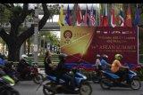 Sejumlah pengendara bermotor melintas di depan baliho penyambutan delegasi dan pemimpin negara Asia Tenggara jelang rangkaian Konferensi Tingkat Tinggi (KTT) ASEAN ke-34 di Bangkok, Thailand, Kamis (20/6/2019). KTT ASEAN ke-34 yang dilaksanakan 20-23 Juni 2019 tersebut mengangkat tema Memajukan Kemitraan Untuk Keberlanjutan. ANTARA FOTO/Puspa Perwitasari/nym.