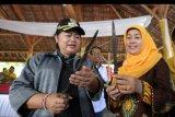 Ketua Dekranasda Kota Banda Aceh Nurmiaty Aminullah Usman (kanan) menjelaskan tentang Rencong yang merupakan senjata tradisional masyarakat Aceh kepada Bupati Karangasem I Gusti Ayu Mas Sumatri (kiri) disela Festival Pusaka Nusantara 2019 di Karangasem, Bali, Jumat (21/06/2019). ANTARA FOTO /Irwansyah Putra/nym.