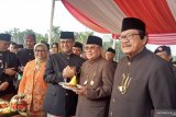 Potongan tumpeng HUT Kota Jakarta diberikan Anis kepada Nachrowi