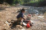 Warga menggunakan air endapan sungai untuk mencuci pakaian di Kalimati, Juwangi, Boyolali, Jawa Tengah, Senin (24/6/2019). Untuk menghemat pengeluaran air PAM dan air sumur saat musim kemarau, warga setempat memanfaatkan air endapan aliran sungai untuk mencuci pakaian. ANTARA FOTO/Aloysius Jarot Nugroho/nym.