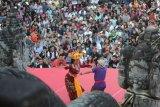 Seorang penari duta Kabupaten Bangli menari bersama pengunjung saat Parade Tari Joged Bumbung pada Pesta Kesenian Bali (PKB) 2019 di Taman Budaya Bali, Denpasar, Bali, Senin (24/6/2019). Pementasan tersebut untuk mengenalkan Tari Joged Bumbung kepada wisatawan dan pengunjung PKB serta untuk menghilangkan kesan negatif terhadap tarian yang ditetapkan sebagai salah satu dari sembilan tari Bali sebagai warisan budaya dunia tak benda oleh UNESCO. ANTARA FOTO/Fikri Yusuf/nym.