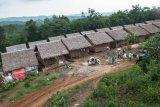 BADUY ISLAM DI LEBAK. Rumah warga Baduy mualaf masih mempertahankan desain rumah panggung khas Baduy di Kampung Baduy Mualaf Landeh, Lebak, Banten, Senin (24/6/2019). Masyarakat Baduy yang pindah ajaran ke Agama Islam harus berpisah dengan adat istiadat suku Baduy yaitu kepercayaan Sunda Wiwitan dan kini mereka tinggal sendiri di Kampung Baduy Mualaf Landeh terdapat sekitar 26 kepala keluarga disana. ANTARA FOTO/Muhammad Bagus Khoirunas/af/ANTARA FOTO/MUHAMMAD BAGUS KHOIRUNAS (ANTARA FOTO/MUHAMMAD BAGUS KHOIRUNAS)