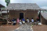Sejumlah warga beraktivitas di perkampungan Baduy mualaf di Kampung Landeuh, Leuwidamar, Lebak, Banten, Senin (24/6/2019). Sesuai ketentuan adat setempat warga Baduy yang memilih beragama Islam harus keluar dari kampung adat Baduy dan mereka membuat perkampungan baru di Kampung Landeuh dengan tetap berkomunikasi dengan para sesepuh Baduy. ANTARA FOTO/Muhammad Bagus Khoirunas/af/sb