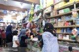 Jelang tahun ajaran baru, penjualan alat tulis meningkat di Pasar Raya Padang