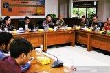 Bupati Mahulu Bonifasius Belawan Geh (deretan depan/ kedua dari kanan) saat audensi di Badan Penelitian dan Pengembangan Energi dan Sumber Daya Mineral Kementerian ESDM, Selasa (25/6)