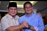 Calon Presiden dan Wakil Presiden nomor urut 02 Prabowo Subianto (kiri) dan Sandiaga Uno (kanan) berjabat tangan usai memberikan keterangan pers terkait putusan MK tentang perselisihan hasil pemilihan umum (PHPU) Pilpres 2019 di kediaman Prabowo, Jakarta Selatan, Kamis (27/6/2019). Prabowo-Sandi menyatakan menghormati dan menerima putusan MK yang menolak gugatannya. ANTARA FOTO/Sigid Kurniawan/nym